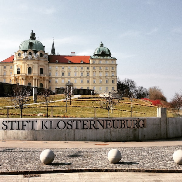 Das Stift Klosterneuburg, nur eine knappe halbe Stunde Fahrt vom Zentrum Wiens entfernt ...