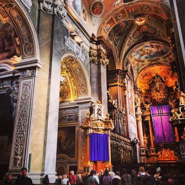Zu guter Letzt verabschieden wir uns an der Stiftskirche Klosterneuburg: Was für ein gigantisches und vor allem farbenprächtiges Bauwerk!