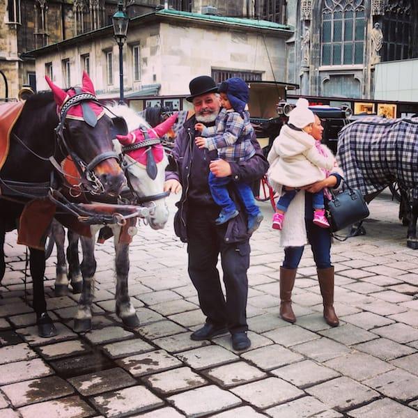 Kein Schmäh (Scherz): Wiener Fiaker kleiden ihre Pferde mit rosa Ohrenhäubchen ein.