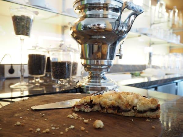 ... auch für kulinarische Leckerbissen ist gesorgt: Frischer Kuchen & Tee aus dem Samowar erwarten uns.