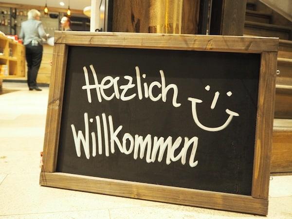 """Herzlich Willkommen: Die Stimmung ist Programm hier im Hotel Esplanade & Spa sowie dem angrenzenden Restaurant """"Pechhütte""""."""