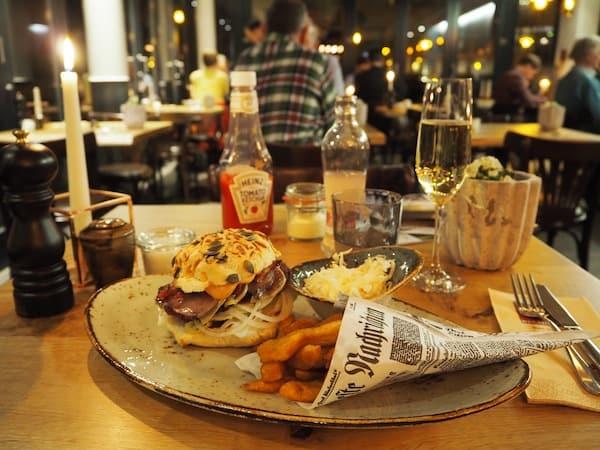 ... sowie deren herrlicher Pastrami-Beef-Burger, ein lukullischer Leckerbissen für alle Feinschmecker & Genießer (wie mich).!