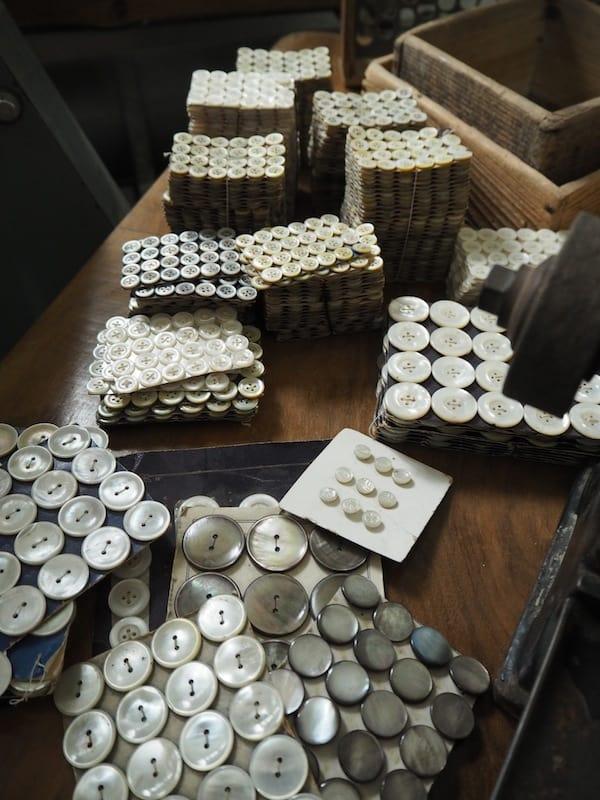 ... wie die Herstellung besonders schöner Knöpfe aus echtem Perlmutt in alter, lokaler Tradition.