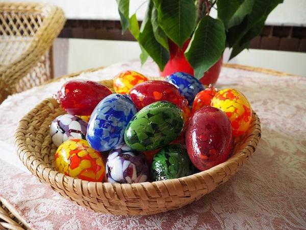 Beim Blick rund um den Ausstellungs- und Verkaufsraum der Waldglashütte Zalto fallen mir noch diese besonderen Ostereier aus Glas auf - wunderschön, findet Ihr nicht?