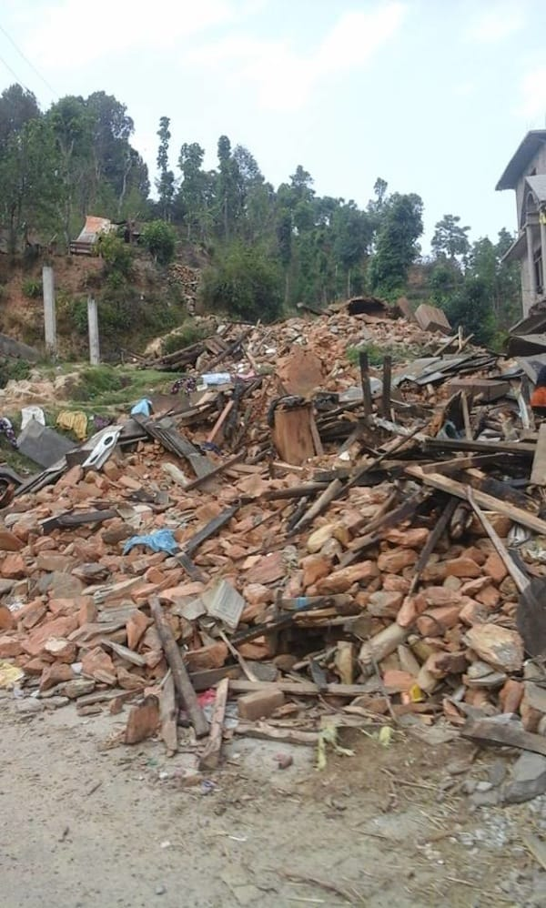 … and unfortunately, this soon turned into a common sight for us: Houses & entire villages being down in rural Nepal.