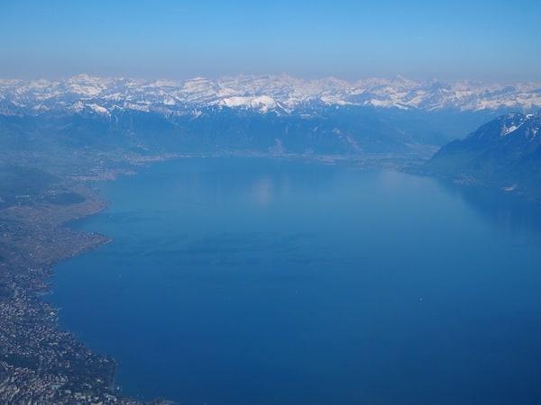 ... mit Bildern wie diesen: Landeanflug auf die Stadt Genf mit Blick bis in die Schweizer Alpen und nach Montreux, wo ich erst im Vorjahr an meiner ersten #DWCC14 Digital Wine Communications Conference teilgenommen habe ..!
