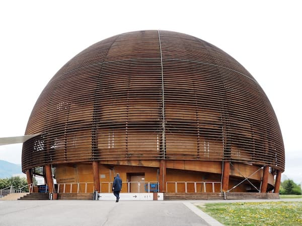 Blick auf das atomare Forschungs- bzw. Besucherzentrum CERN in Genf ...