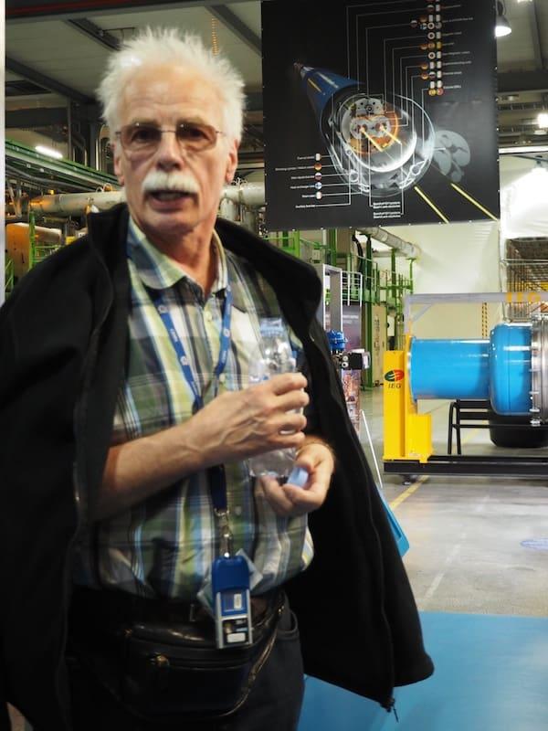 """""""Die Welt gehört den Fleißigen"""", wie meine liebe Mama zu sagen pflegt. Erik hier ist definitiv einer von ihnen: So sehen wahre CERN-Anhänger aus !!!"""