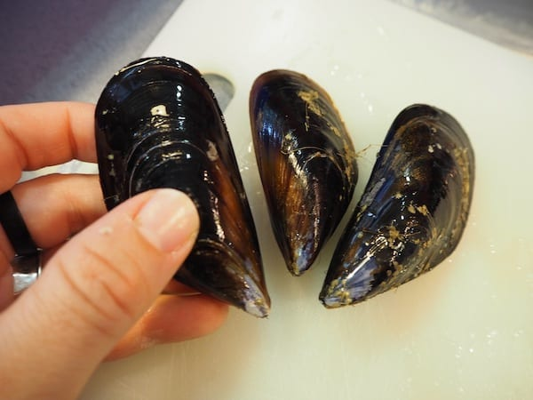 Part of my experience of learning with Barcelona Cooking is being taught how to properly clean (and prepare) those mussels for our paella ...