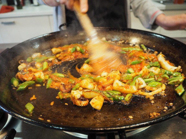 ... or all about the flavours, juices & ingredients it takes to make a GREAT paella. This reminds me of another beautiful Paella cooking class back in the days when travelling in Tarifa, Andalucia ...