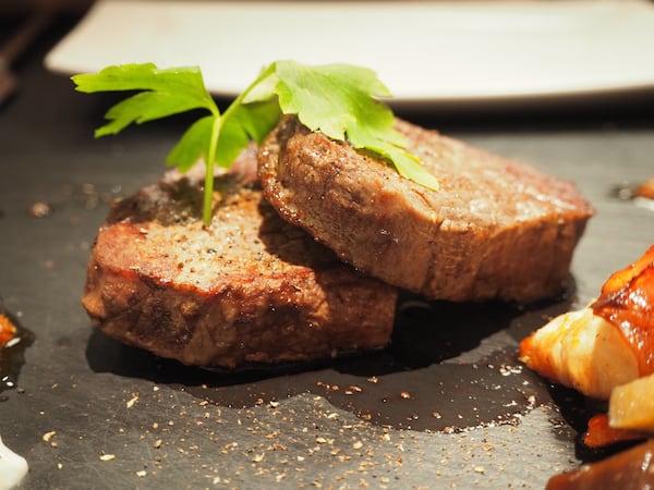 … mit saftigen Steaks ...