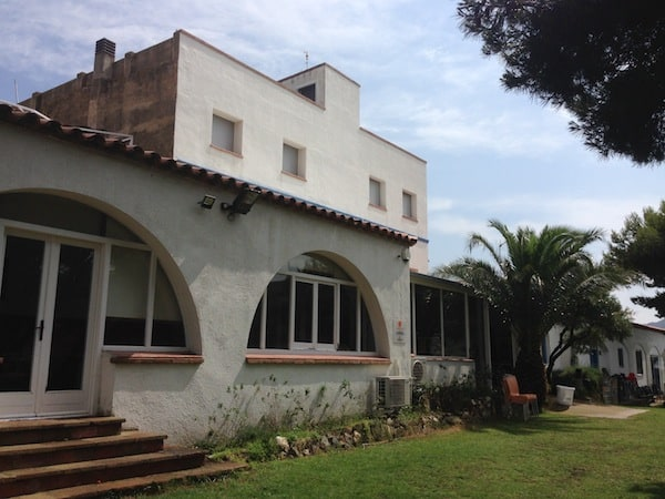 … heißt mich mitsamt der gemütlichen Unterkunft l'Alberg Costa Brava willkommen …