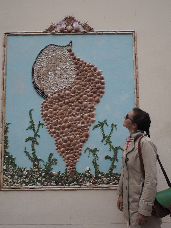 """Vor allem aber haben meine Freundin Anne-Laure & mich die Straßenkunst in Les Sables d'Olonne begeistert … Einzigartige """"Bauwerke"""" an den Mauern der Stadt!"""