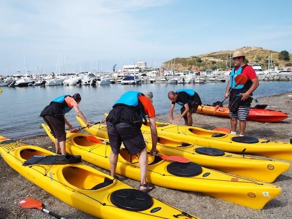 Los geht's bei der Vorbereitung der Kajaks im Hafen von Llançà …