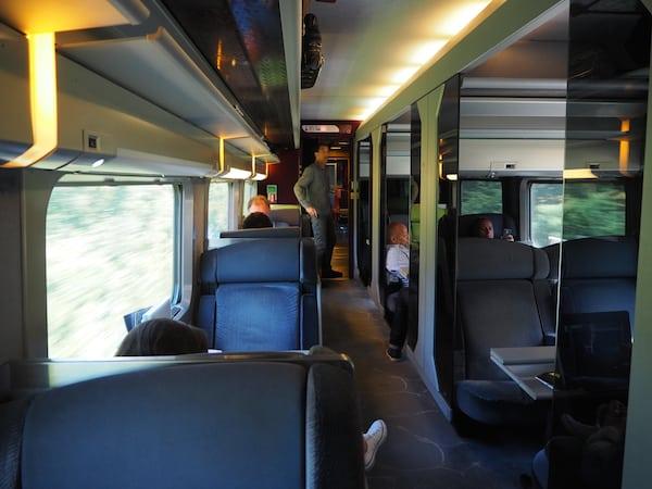 Der willkommene Komfort des TGV bei der Rückreise aus La Rochelle zum Flughafen von Paris ...