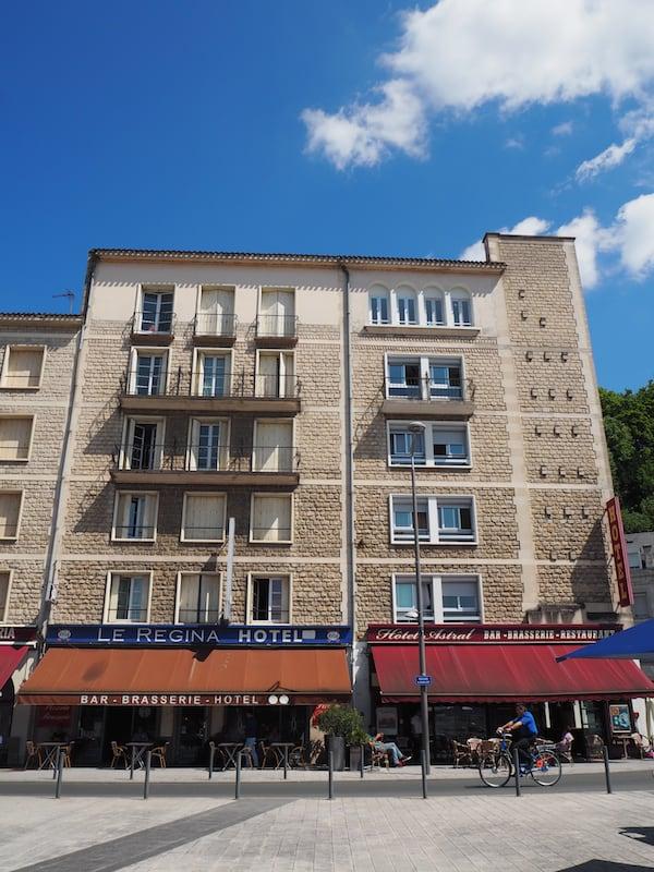 … wird ergänzt durch eine gemütliche Pause beim Umsteigen in Poitiers, die Zeit gibt für einen klassischen Café et pain au chocolat am Bahnhofplatz.