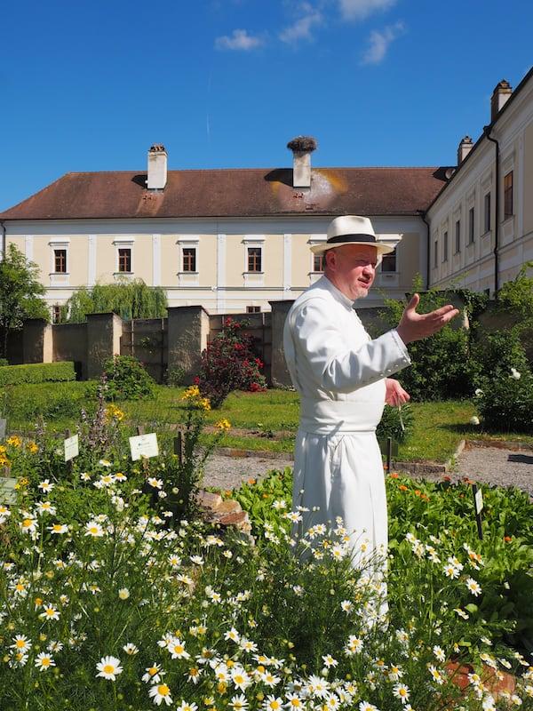 Unterwegs mit Kräuterpfarrer Pater Benedikt Felsinger vor dem Gebäudekomplex des Stift Geras im niederösterreichischen Waldviertel ...