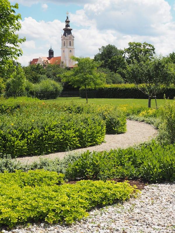 """Blick auf die Natur im """"Garten der Religionen"""" mit dem dahinter liegenden Stift Altenburg ..."""