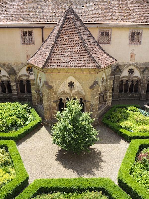 … welches sich unweit des ebenso im nördlichen Waldviertel gelegenen Stift Zwettl mit seiner beeindruckenden Brunnenhofgestaltung befindet.