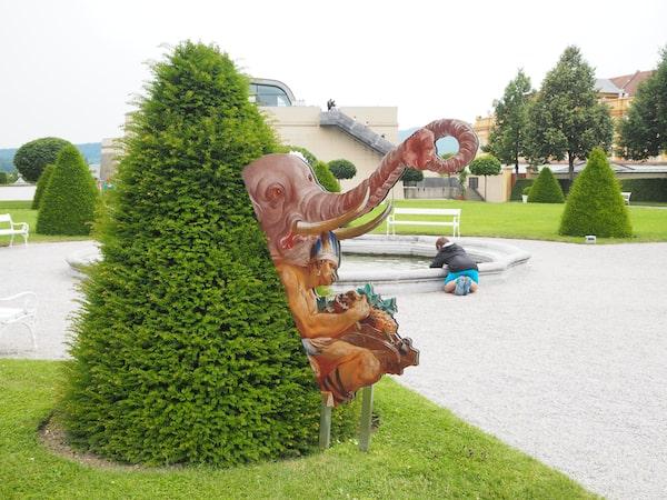 """Im Stiftspark von Melk schließlich tritt die Gartenkunst in den Vordergrund: """"Wilde Tiere"""" der historischen Wandmalereien erwecken die Botanik für Besucher zum Leben ..."""