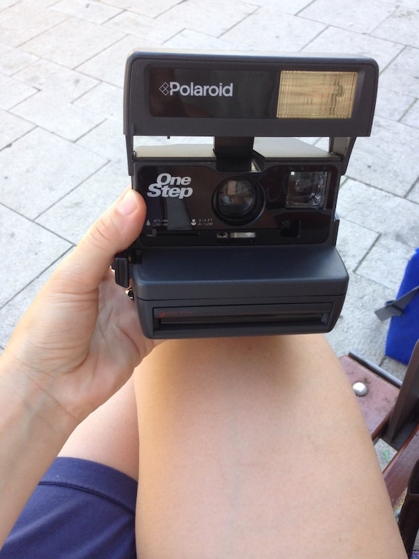 So sieht's aus: Erstinspektion und Bekanntmachen mit der überraschend leichten, und sehr einfach zu bedienenden Polaroid-Kamera.