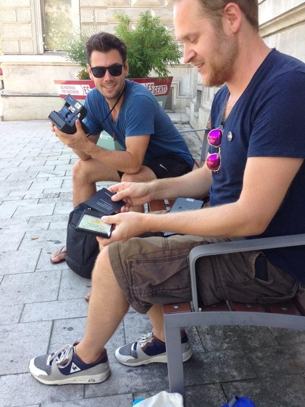 Thomas erklärt mir und meinem Freund Greg die richtige Handhabung der Polaroid-Kamera ...