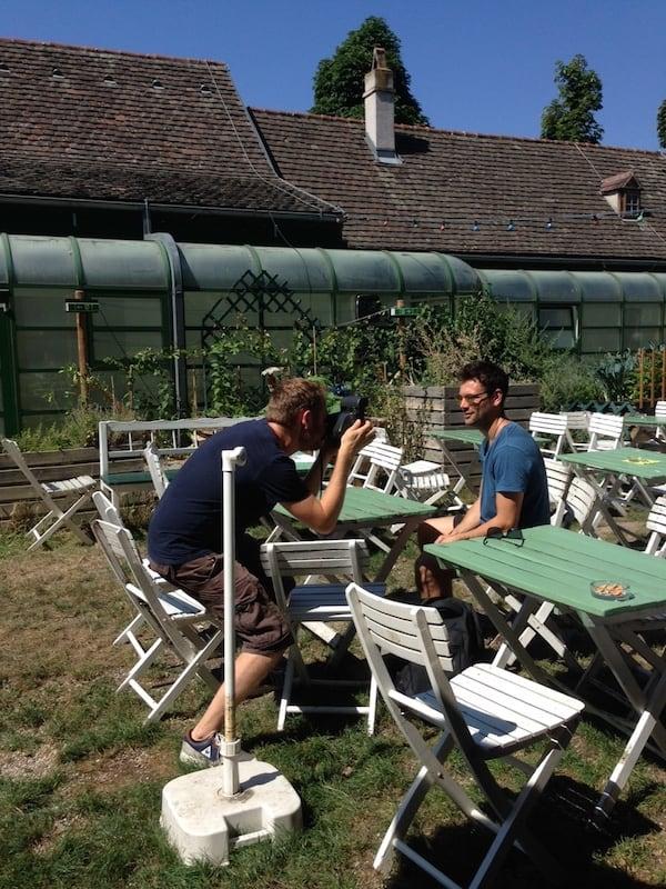 Auch Selfies dürfen bei der kreativen Foto-Tour durch Wien nicht fehlen, hier beispielsweise im Schanigarten des Augarten Wien!