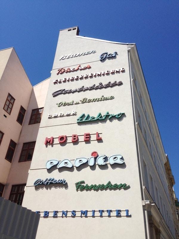 """Auf dem Weg zum Karamelitermarkt Wiens erspähen wir zudem diese """"Retro-Wand"""" mit alten Wiener Schriftzügen - """"Rettet die Schriftbilder Wiens"""" ist kein Witz, sondern ein echter Verein!"""