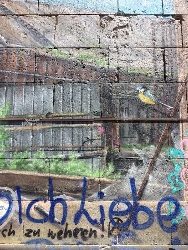 Immer wieder verleiten uns die Street Art Graffiti-Motive Wiens, wie etwa hier am Wiener Donaukanal, zur Fotografie mit der Polaroid-Kamera.