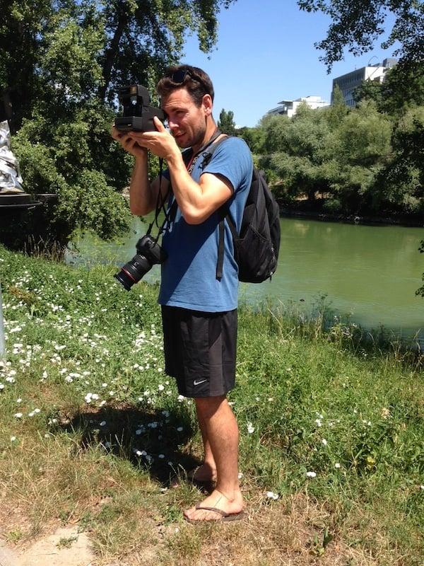 ... Greg ist mittlerweile zum Foto-Profi mit der Polaroid-Kamera mutiert, ganz selbstverständlich versteht er selbige zu bedienen!