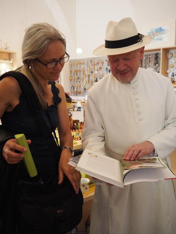 Kräuterpfarrer Pater Benedikt Felsinger lädt uns im Stift Geras spontan zu einer kurzen Buchvorstellung seiner eigens verfassten Werke ein - inklusive darauffolgender Sektverkostung.!