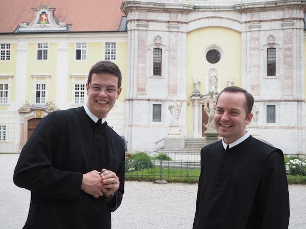 Lieblingsauftritt: Das charmante Duo junger Fratres im Stift SEitenstetten.