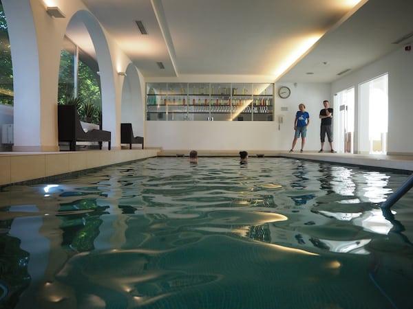 Weitere Abkühlung bietet der moderne Spa-Bereich mit Pool ...