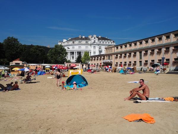 ... das erfrischend kühle Strandbad lassen wir - echte Wanderer! - dabei links liegen ...!