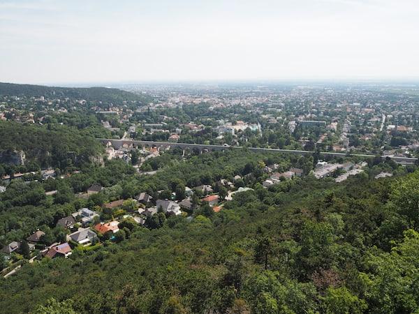 ... ein Leichtes ist: Einzigartige Ausblicke weit über Baden und bis Wien belohnen den Aufstieg in der Affenhitze des Hochsommers.