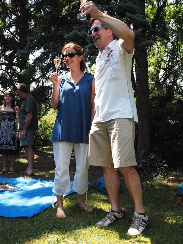 ... seine Frohnatur begleitet uns bis zum darauffolgenden Vormittag, beim Picknick im Rosarium von Baden: Prost! ...