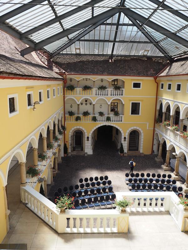 ... doch am meisten beeindruckt mich der gewaltige Innenhof des Schlosses, zentraler Angelpunkt und Veranstaltungsort für viele Festivitäten.