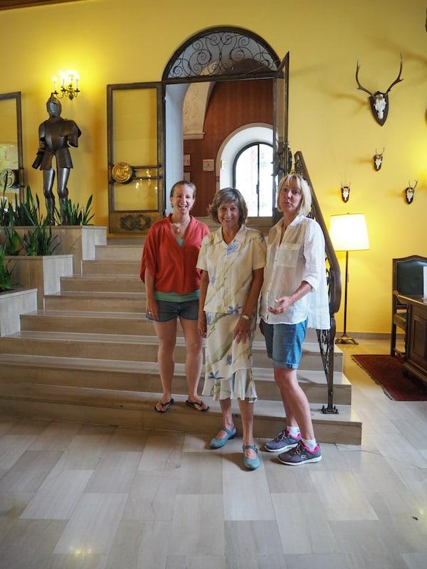 Ein großer Wohlfühlbonus ist sicher auch dem Schlossgeist, sprich der Schlossherrin Monika Baumann geschuldet, welche uns hier so freudvoll und ganz in ihrem Element empfängt!