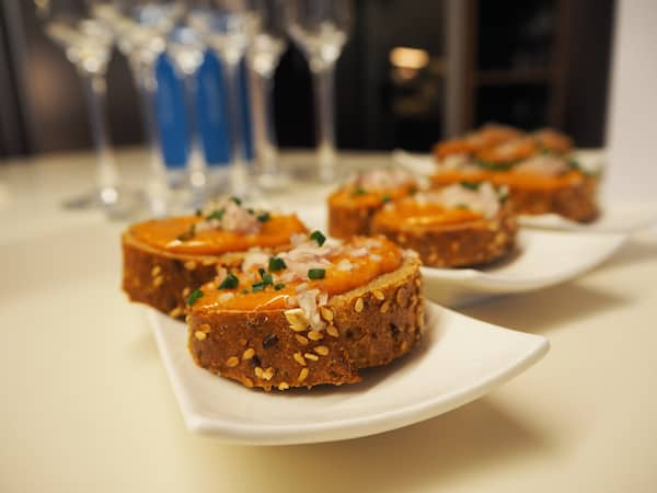 Der Genuss-Workshop bei Thomas Hüttl startet mit köstlichen Appetithäppchen wie diesen ...