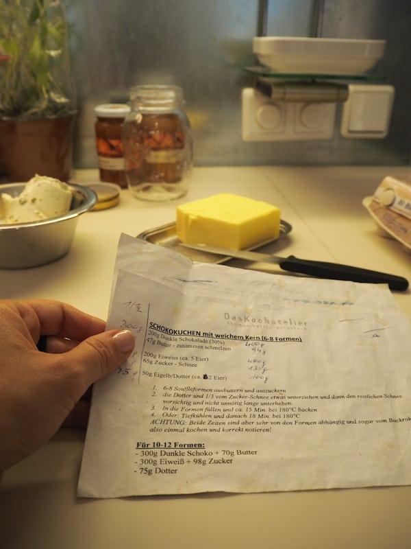 … während ich mich an die Zubereitung der (exakten!) Masse für das Schokosoufflé mache!