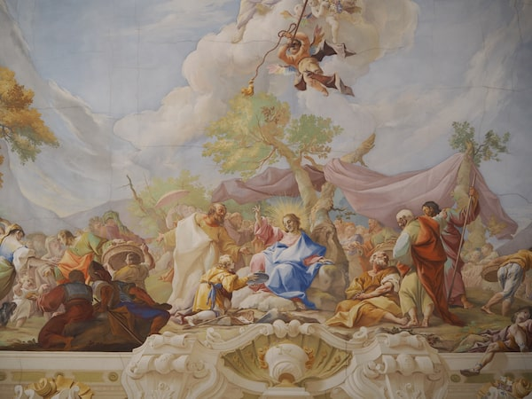 … dass das Gute oft so nahe liegt: Der Marmorsaal im Stift Geras ziert ein Deckenfresko des berühmten Malers Paul Troger.