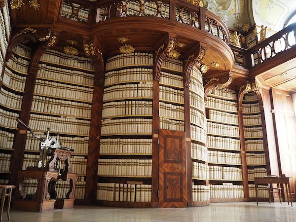 Mein absoluter Lieblingstipp unter all den Schätzen der von unser bereisten Stifte in Niederösterreich ist jedoch die Bibliothek des Stift Seitenstetten: Wunderschön glänzen hier die endlos scheinenden Reihen mehrerer Hundert Jahre alter Bücher, allesamt gebunden in weißes Schweinsleder.