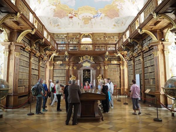 … gespiegelt vom Glanz der ewig schönen und mittlerweile weltberühmten Stiftsbibliothek von Melk.