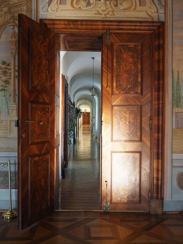 Nicht nur Fenster, auch Türen stehen weit geöffnet im Klösterreich von Niederösterreich: Auf dem Weg zu unseren Gästezimmern im Stift Zwettl