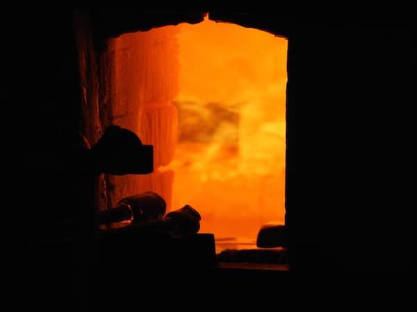"""1.200°C heiß ist der Ofen, in dem konstant rund 200 Kilogramm flüssiges Glas """"lagern"""" ..."""
