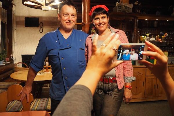 Fast schon Star-Qualitäten: Die lebhaften Erzählungen sowie die gefühlte Gastfreundschaft von Sandra & Peter im Restaurant Waldhaus.