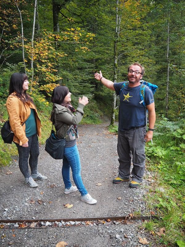 Elmi kennt den Weg: Herzlich führt er uns die Breitach-Klamm hinab zum malerisch gelegenen Waldhaus.!