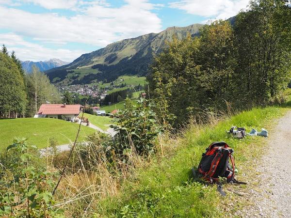 Und bald schon sind Bilder wie diese (abgestellter Rucksack samt achtlos am Wegrand erscheinenden Bergschuhen ...)
