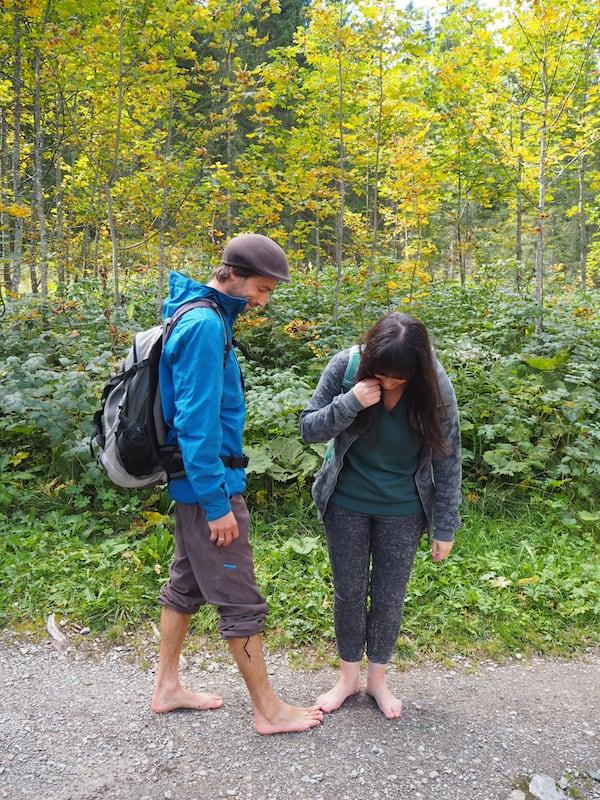 Auch hierzu in meinem nächsten Artikel mehr: Florian der Barfusswanderer macht uns einmal mehr bewusst, wie schön sich Gras, Wasser, Holz & Steine anfühlen können.