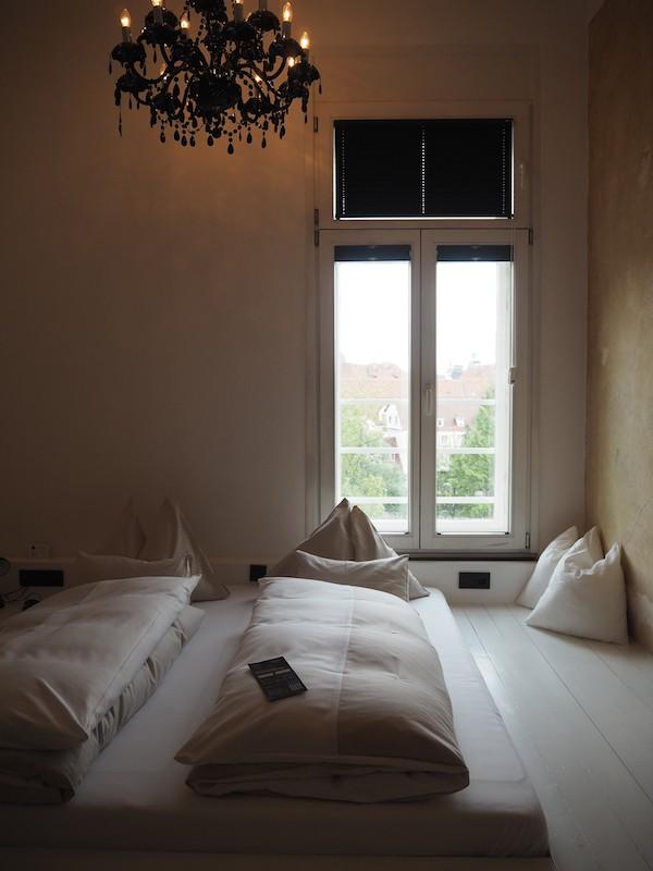 ... dessen Zimmer uns von Anfang an aufgrund ihrer simplen und dennoch raffinierten Ästhetik beeindrucken.